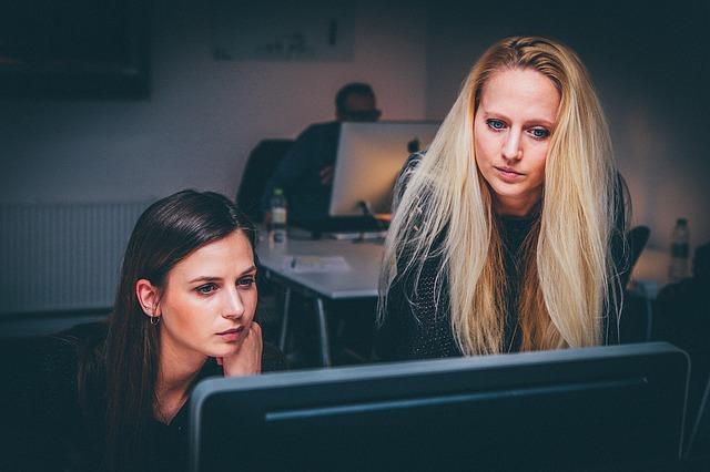 Dziewczyny rozmawiające w pracy
