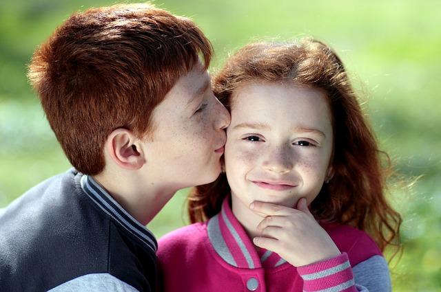 Dzieci dające sobie całusa