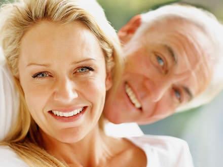 Kobieta i mężczyzna się uśmiechają