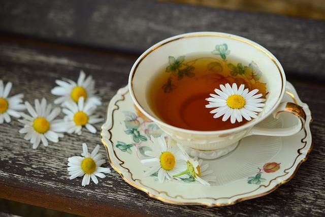 Herbatka z dodatkiem rumianku