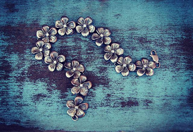 Metalowa bransoletka w kwiaty