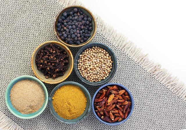 Curry, chili, imbir w miseczkach