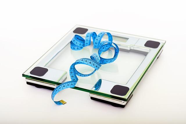 Na wadze elektronicznej leży miarka