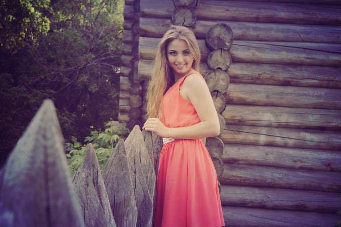 dziewczyna w różowej sukience