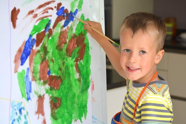 Chłopiec maluje obraz