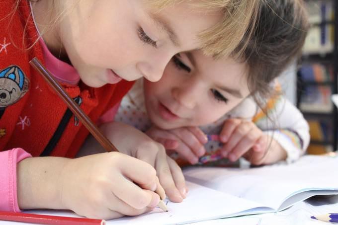 dzieci uczące się w szkole na lekcji