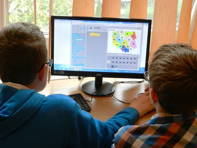 dzieci siedzące przy komputerze