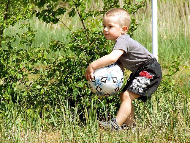 dziecko z piłką