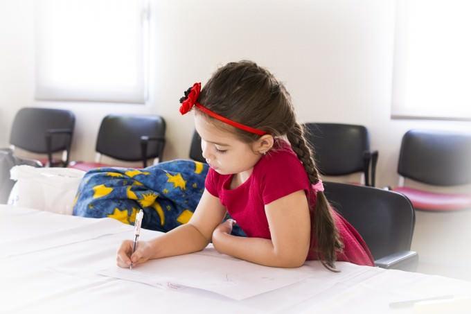 dziewczynka odrabiająca lekcje