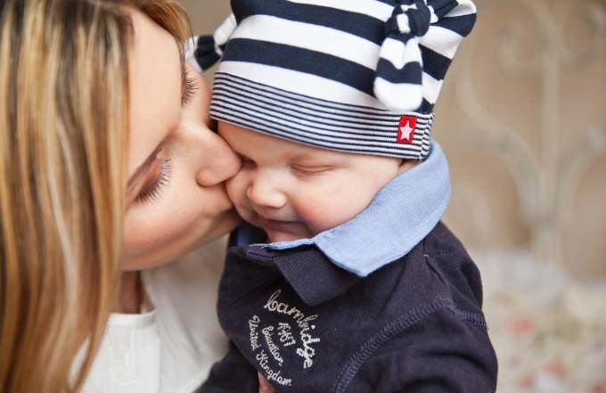 Mama-caluje-dziecko