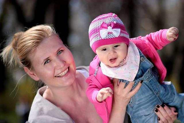 Mama z dzieckiem na spacerze