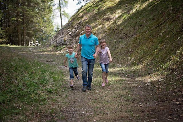 ojciec z córkami na wycieczce