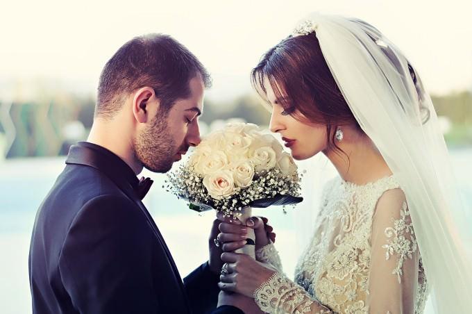 szczęśliwa młoda para zaraz po ślubie