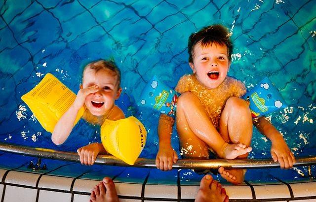 Chłopcy bawiący się w basenie