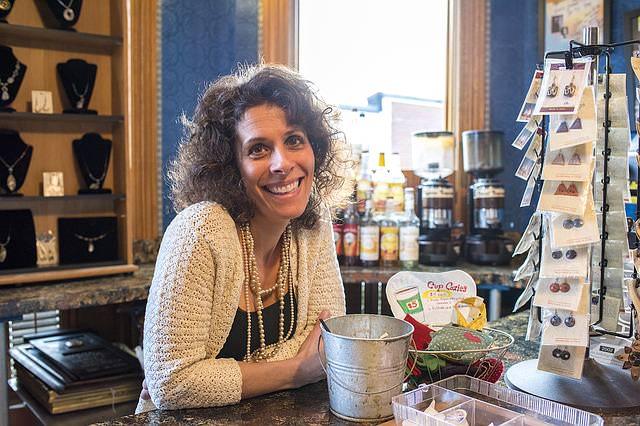 kobieta kawiarnia usmiech