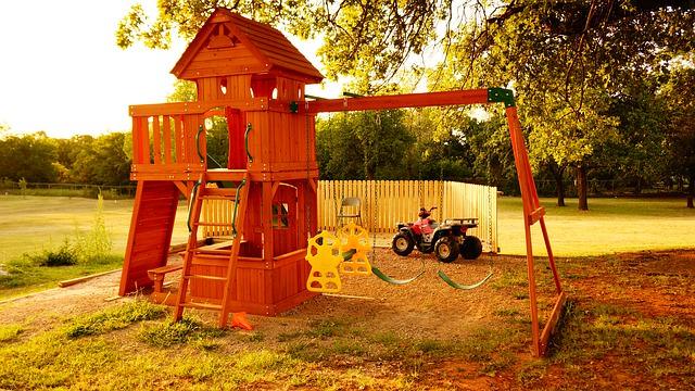 plac zabaw drewniany domek