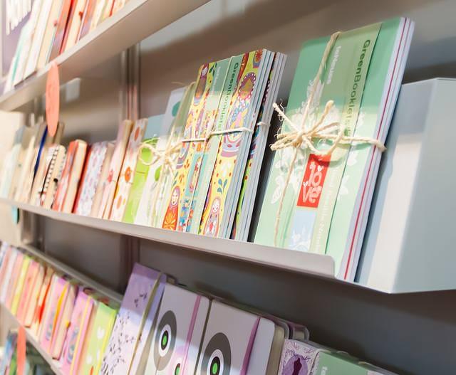 zeszyty na półkach
