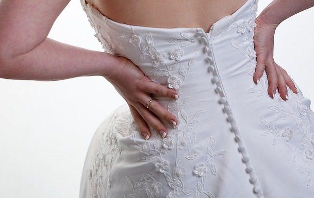 Kobieta ubrana w suknię ślubną