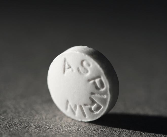 Tabletka aspiryny leżącą na stole