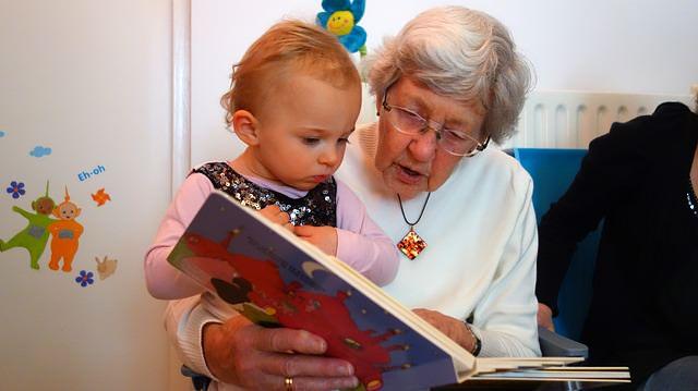 Babcia czytająca dziecku