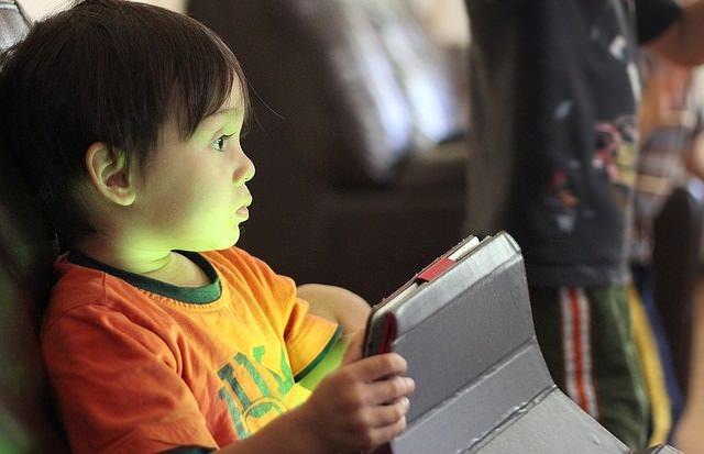 Chłopiec z tabletem w dłoni