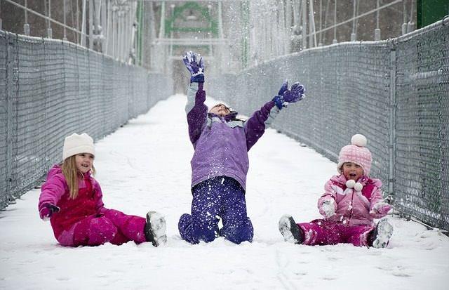 Troje dzieci na śniegu