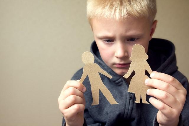 Smutny chłopiec rozmyśla
