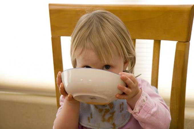 Dziecko jedzące zupkę