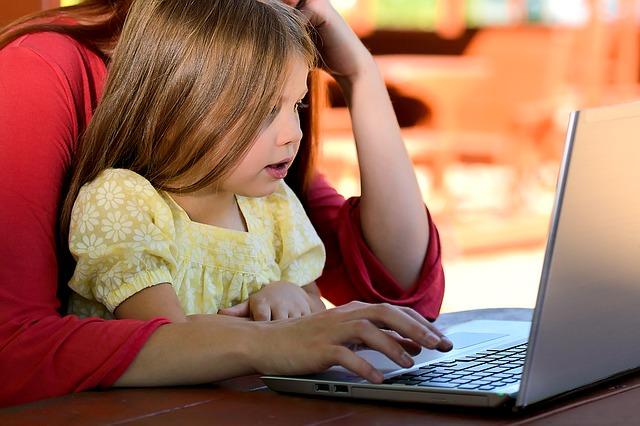 Mama z dzieckiem przed komputerem