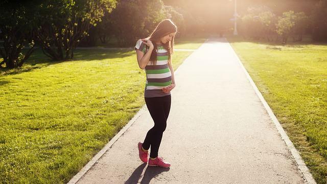 młoda kobieta w ciąży