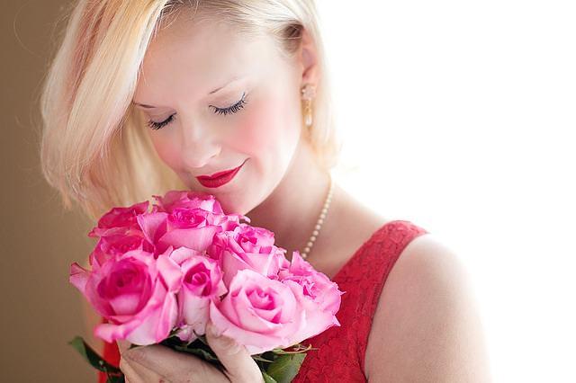 piękna kobieta z bukietem kwiatów