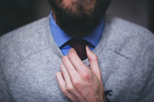 mężczyzna wiąże sobie krawat