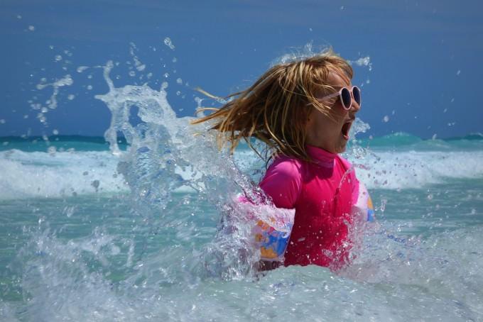 dziecko w morzu
