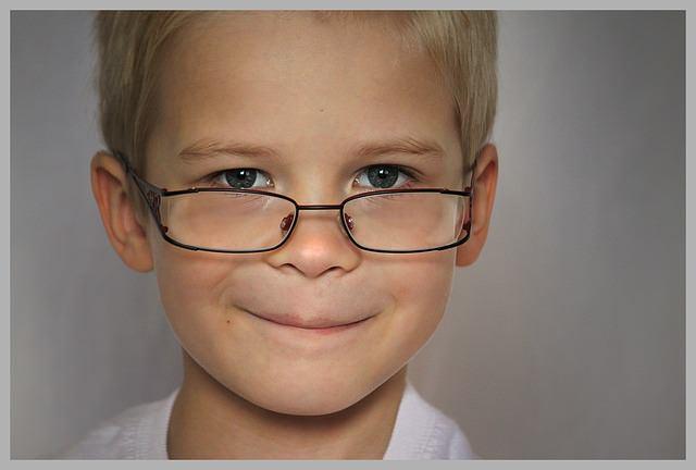 chłopczyk w okularach