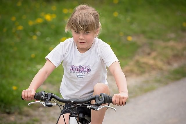 dziewczynka na rowerze