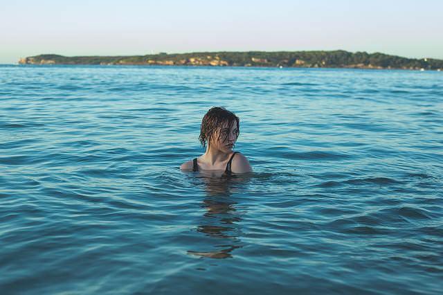Kobieta pływa w jeziorze
