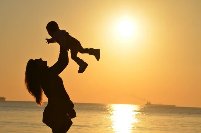 Mama podnosi swoje dziecko