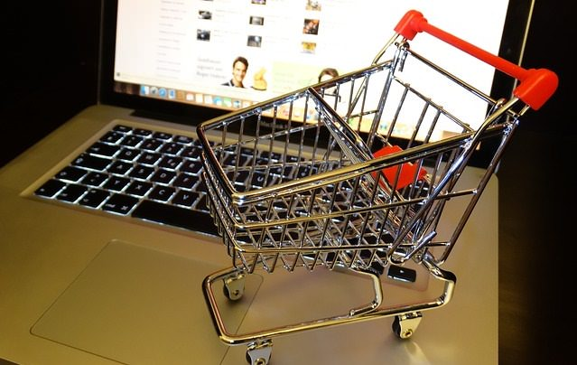 Komputer i wózek sklepowy