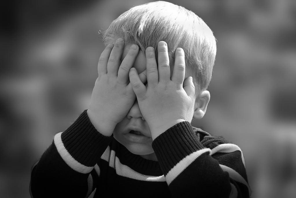chłopczyk bawiący się w chowanego