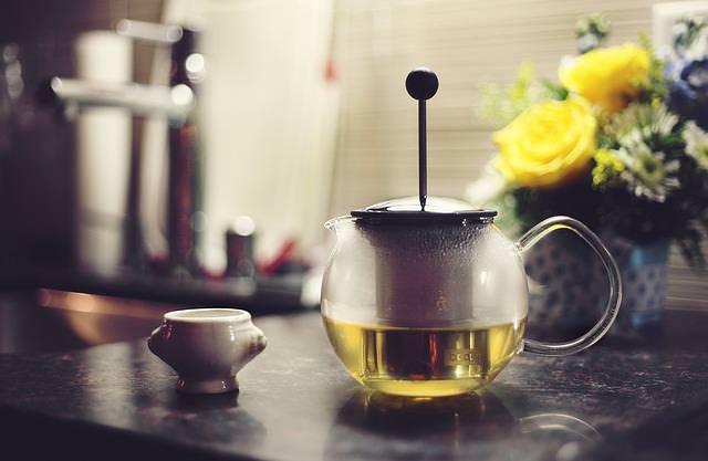 zielona herbata na odchudzanie w szklanym dzbanku