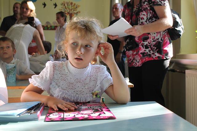 uczennica w szkole na lekcji