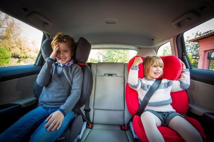 Dzieci w fotelikach samochodowych