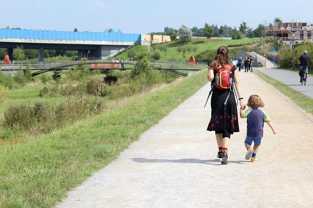 mama z dzieckiem na wycieczce