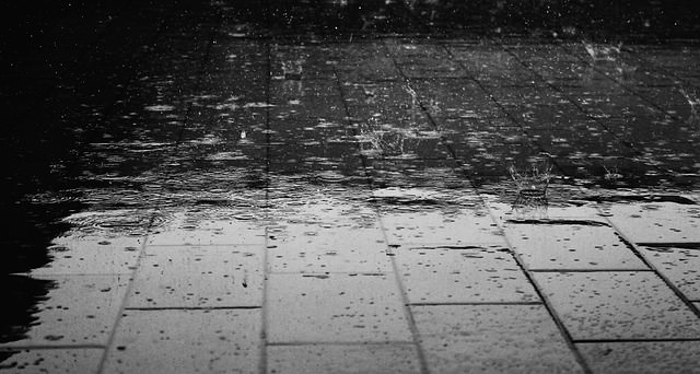 deszcz padający na chodnik