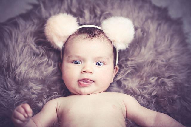 Niemowle dziewczynka z opaską z uszami
