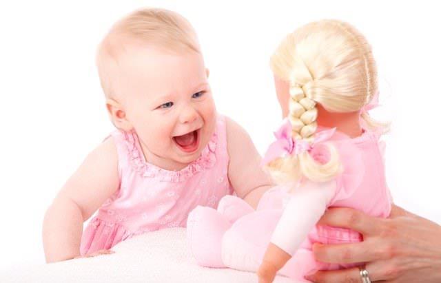 Roześmiana dziewczynka z lalką