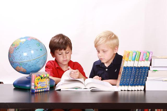 dzieci przy nauce