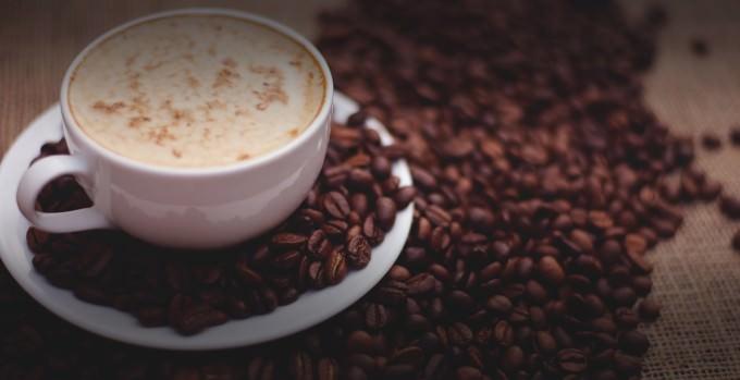 filiżanka kawy wśród ziaren