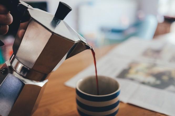 nalewanie kawy do filiżanki