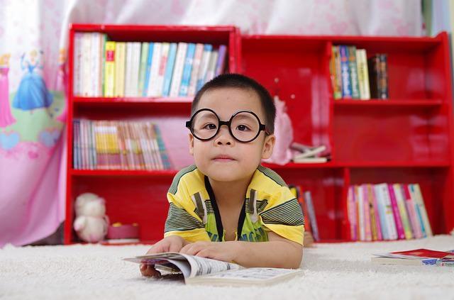 Chłopiec siedzi nad książką